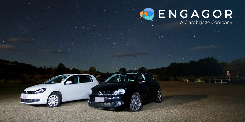 Engagor logo with two cars under the night sky